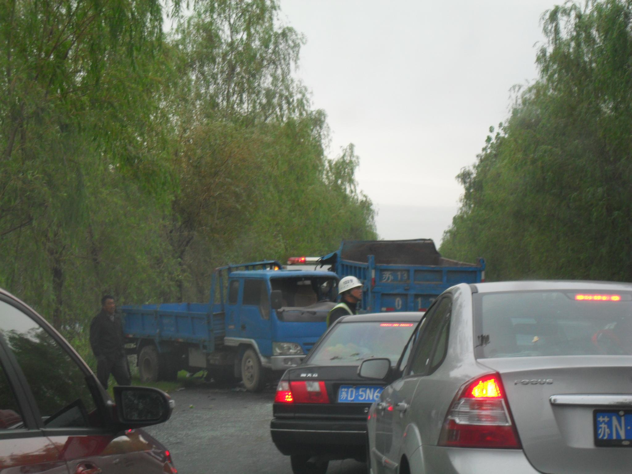中秋节上午回双沟路遇两起车祸高清图片